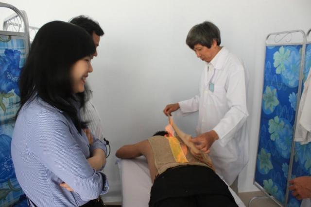 Lương y Phan Công Tuấn đang sử dụng phương pháp hỏa long cứu cho bệnh nhân