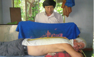 Lương y hướng dẫn cách đốt lửa trên lưng để giải cảm