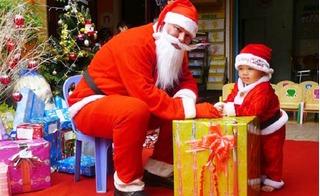 Cách chọn quà Giáng sinh cho bé trai theo độ tuổi và tính cách
