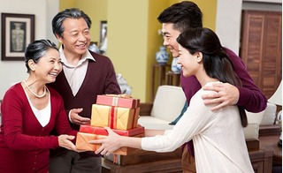 Tỏ lòng hiếu thảo với cha mẹ bằng những món quà Giáng sinh ý nghĩa