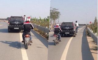 Đòi giải quyết tai nạn, chàng trai đu bám trên xe ô tô gần 10km