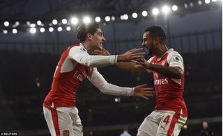 Lội ngược dòng thành công, Arsenal lần đầu lên đỉnh