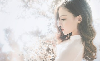 Thiếu nữ xinh đẹp mơ màng bên những đóa họa mi cuối mùa