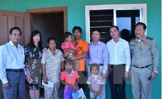 Đại sứ quán Việt Nam thăm hỏi cháu bé Campuchia bị bạo hành