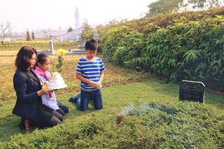 Trần Lập vẫn ở đây, bên vợ con và bạn bè trong ngày sinh nhật 43 tuổi