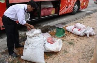 Bắt hàng loạt xe khách chở thực phẩm bẩn về miền Tây