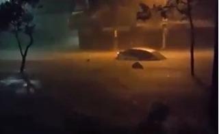 Nha Trang ngập lụt khiến ô tô trôi như thuyền không bến đỗ