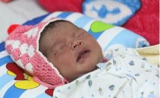 Đà Nẵng: Bé gái sơ sinh lạnh tím tái vì bị vứt bỏ trong thùng rác cạnh bãi biển