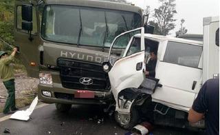 Xe chở phạm nhân đấu đầu xe bồn chở dầu, nhiều người mắc kẹt trong cabin