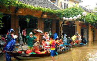 Phố cổ Hội An thành biển nước, du khách hớt hải thuê thuyền di tản