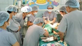 Đồ điện phát nổ, bé trai 3 tuổi rưỡi bị hỏng một mắt, cắt cụt bàn tay