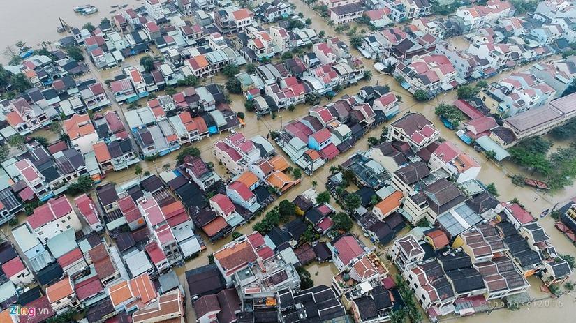 mưa lũ ngập sâu ở phố cổ Hội An