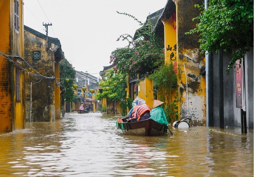 mưa lũ ngập sâu nhiều tuyến phố ở Hội An