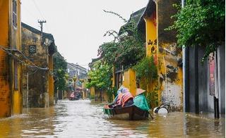 Quảng Nam: Du khách lướt thuyền trên phố cổ, 1 người chạy lũ bị điện giật tử vong