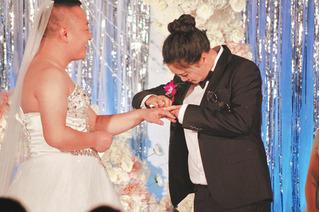 Chú rể của năm: Sẵn sàng mặc váy cưới hở hang chỉ vì cô dâu thích mặc vest