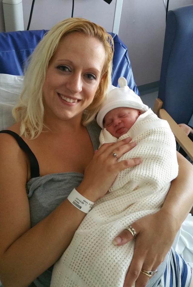 Mẹ con Kate hạnh phúc ở bệnh viện. Ảnh: Daily Mail