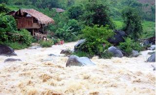 Rơi nước mắt vì câu chuyện tình người mùa mưa lũ miền Trung