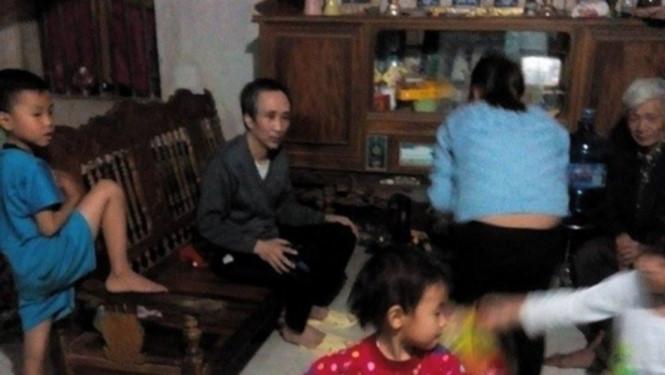 Ông Hàn Đức Long bên gia đình sau khi được trao trả tự do
