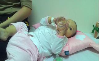 Xót xa cảnh người mẹ trẻ ôm con 9 tháng tuổi bị ung thư hành hạ