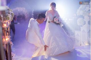 Trấn Thành khóc, cười, hôn Hari Won đắm đuối trong đám cưới lộng lẫy