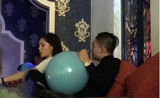 """Hoa hậu Kỳ Duyên khóa môi bạn trai, thổi bóng cười """"thả ga"""" trong bar"""