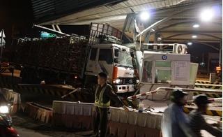 Đồng Nai: Ô tô chở gỗ mất lái, tông sập trạm thu phí