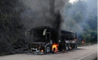 Hốt hoảng cảnh xe khách bốc cháy ngùn ngụt trên đại lộ Thăng Long