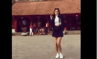 Cô gái mặc váy ngắn, nhảy nhót trong Văn Miếu khiến cư dân mạng
