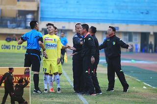Thành viên ban huấn luyện CLB Hà Nội vái sống trọng tài