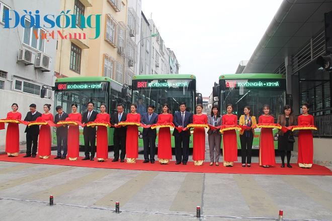 Chủ tịch Hà Nội đi xe buýt nhanh 1