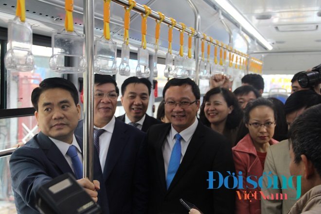 Chủ tịch Hà Nội đi xe buýt nhanh 3