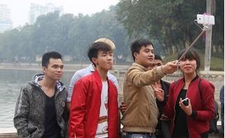 Người dân thích thú chụp ảnh tự sướng tại công viên Thủ Lệ dịp Tết Dương lịch