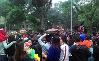 Người dân Hà Nội đổ dồn về phố đi bộ vui Tết dương lịch