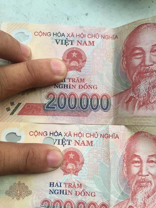 Nhìn vào Quốc huy sẽ thấy sự khác nhau giữa tiền giả và tiền thật