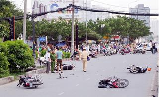 """Ô tô """"điên"""" tông liên hoàn 9 xe máy, 5 người bị thương trên phố Sài Gòn"""