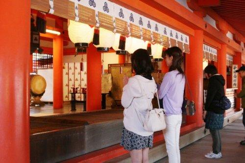 Đối với người Nhật, đi lễ chùa và lắng nghe tiếng chuông linh thiêng là việc làm không thể thiếu trong đêm giao thừa. Ảnh: Internet