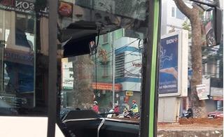 Xe buýt nhanh bị phụ nữ tạt đầu, đâm vỡ tan cửa kính