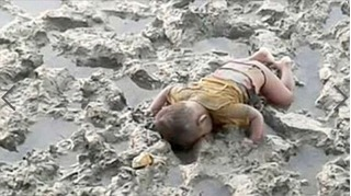 Hàng triệu người rơi lệ trước bức ảnh em bé tị nạn chết úp mặt xuống bùn