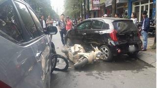 """Hà Nội: Mẹ bị đâm văng, con nhỏ mắc kẹt dưới gầm ô tô """"điên"""""""