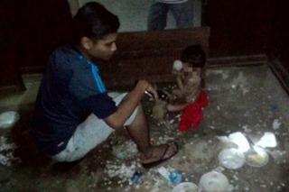 Xót lòng bé trai 3 tuổi bị mẹ bỏ rơi trong ngôi nhà tối, gần chết vì đói lạnh