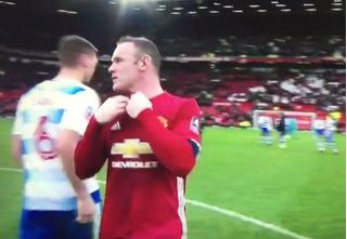 Đi vào lịch sử của MU, Rooney vẫn bị đối thủ ngó lơ đổi áo sau trận đấu