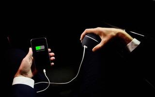 Không cần dùng sạc điện thoại nữa vì pin sắp được sạc bằng cách quay tay