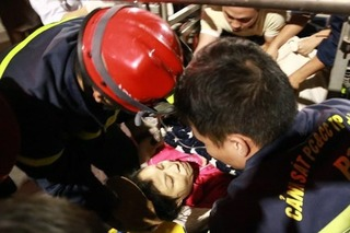 Hà Nội: Cảnh sát PCCC dùng lồng cứu hộ giải cứu sản phụ đẻ non trên tầng 4