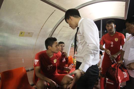 Công Vinh quan tâm đến các cầu thủ sau trận đấu. Ảnh: Thể Thao