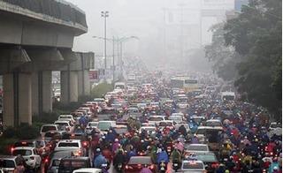 Hà Nội chìm trong sương mù và mưa phùn, giao thông nhiều tuyến đường tê liệt