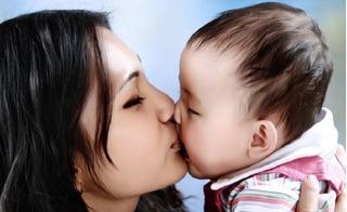 Tác hại không ngờ khi hôn và bẹo má trẻ sơ sinh, bố mẹ phải biết để tránh