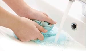 Tẩy vết dầu trên quần áo hiệu quả cho bạn