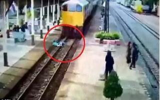 Lao vào đoàn tàu đang chạy nhanh, người đàn ông nhận cái kết chẳng thể ngờ