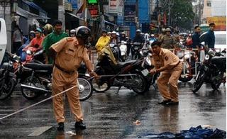 Tránh bé gái chạy sang đường, người đàn ông đi xe máy ngã tử vong