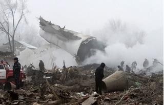 Bé trai 9 tuổi ngã quỵ bên thi thể cả gia đình chết thảm trong vụ máy bay rơi